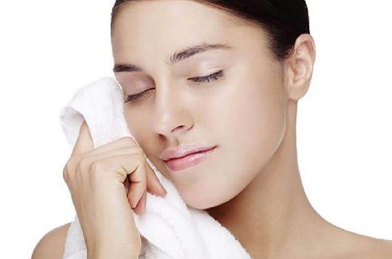 Sau khi nâng mũi nên hạn chế rửa mặt trong 3 ngày đầu tiên và nên dùng khăn mềm thấm nứơc để lau mặt