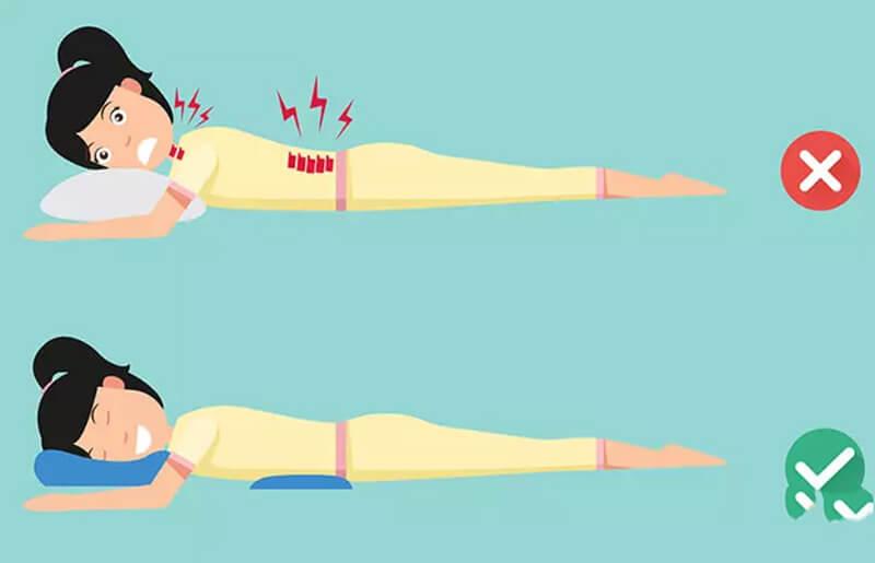 Những người ngủ trên lưng nên giữ một chiếc gối dưới đầu gối để cung cấp hỗ trợ cho cột sống của họ.